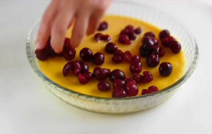 Часть теста выпекайте 5-7 минут, затем добавьте вишни.