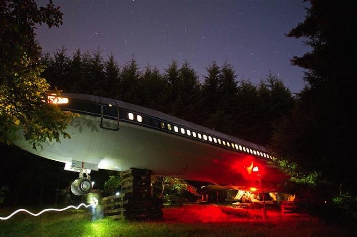 Дом самолёт сияет всеми огнями.