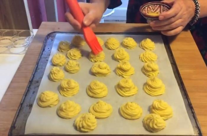 Смажьте «розочки» яичным желтком.
