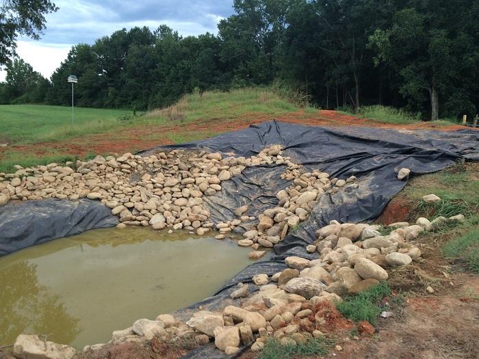 Речной камень пришлось распределять вручную. | Фото: imgur.com/a/5JVoT#R7pfR1j.