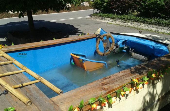 Немец переделал свой автомобиль в бассейн.   Фото: mainpump.ru.