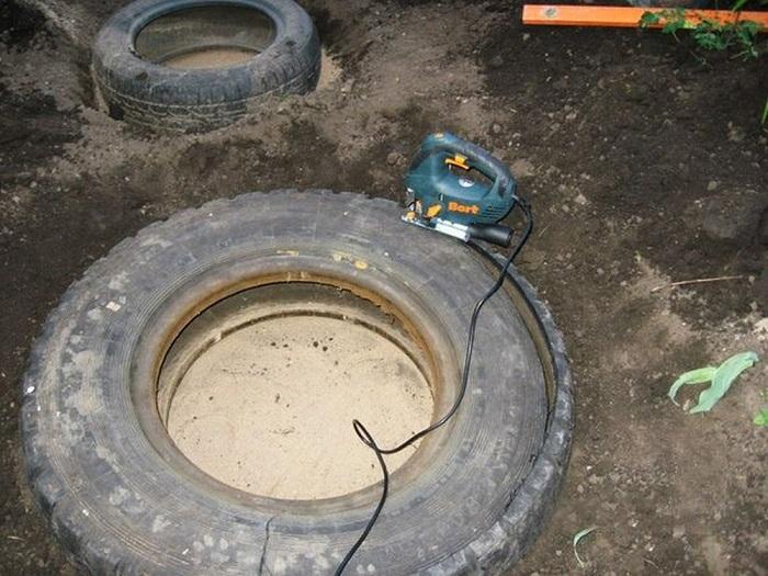 Лобзиком разрезать шины.
