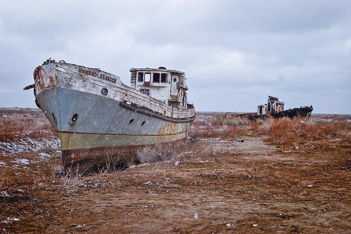 Корабли в высохшем Аральском море.