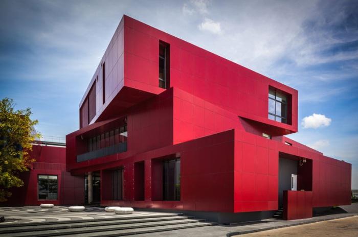 CK5 - ресторанный комплекс с интенсивным темно-красным фасадом.