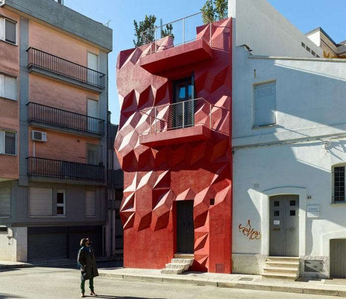 Gentle Genius - жилая постройка с рельефным интенсивным фасадом.