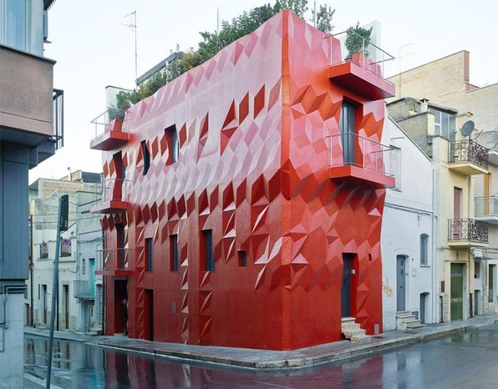 Gentle Genius - жилой дом с интенсивным красным фасадом.