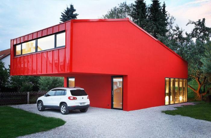 House V - дом с красным фасадом, расположенный в окрестностях Мюнхена.