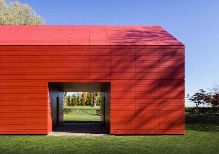 Red Barn - минималистский, но эффектный дом.