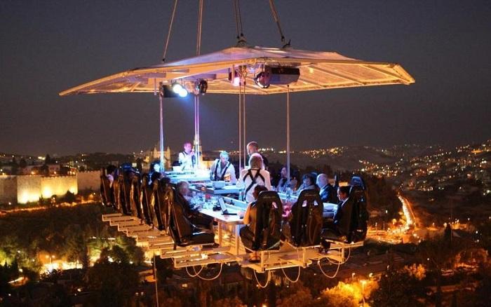 Ресторан в воздухе на высоте 50 метров.