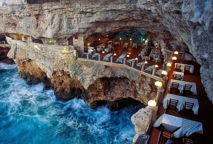 Grotta Palazzese - ресторан, расположенный на высоте 25 метров у самого края скалистого обрыва.