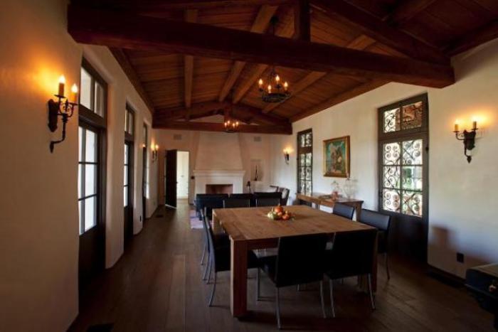 Большой обеденный стол в гостиной. | Фото: remodelista.com.