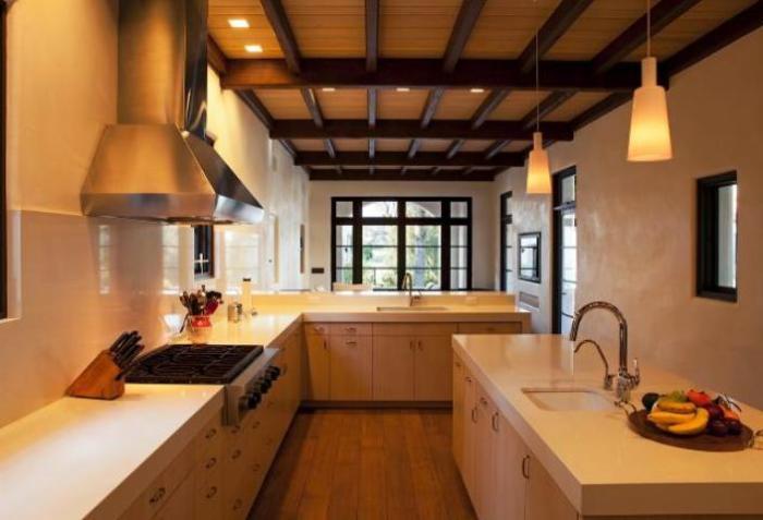 Просторная кухня с большой рабочей поверхностью. | Фото: remodelista.com.