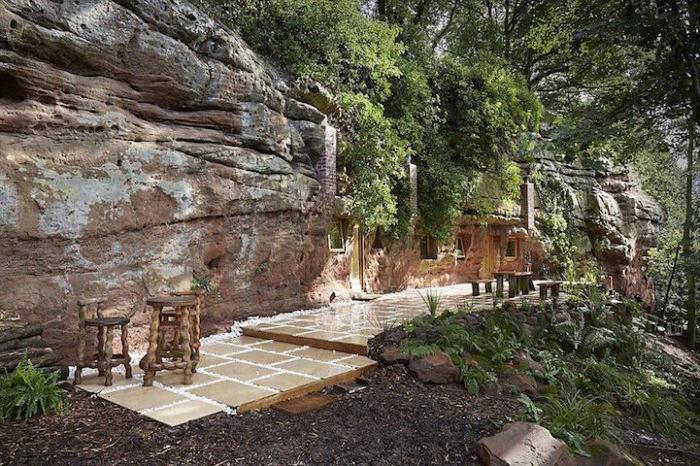 Angelo Mastropietro сам построил дом в пещере.