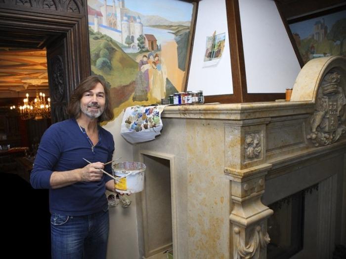 Художник Никас Сафронов в своей квартире.