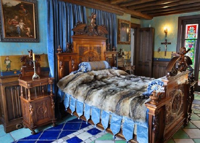 Кровать Никаса Сафронов, когда-то принадлежавшая Марии-Антуанетте.