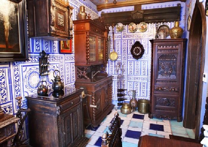 Кухня, облицованная раритетной плиткой и мебелью.