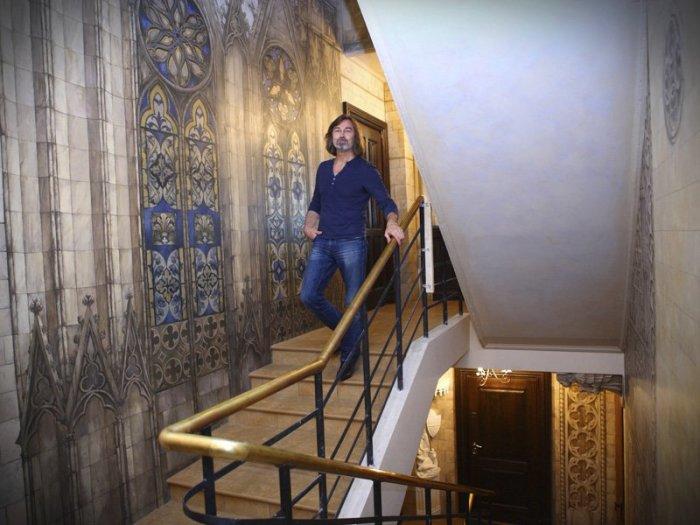 Стены, оформленные в готическом стиле.