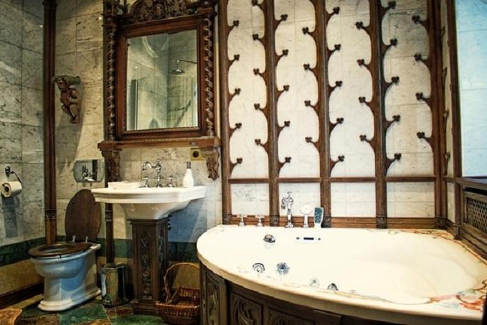 Одна из ванных комнат в квартире Никаса Сафронова.