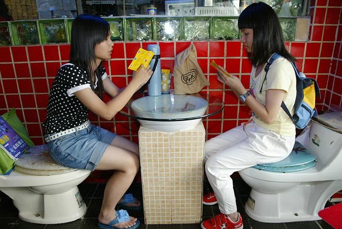 Ресторан с унитазами в китайской провинции Гуандун.