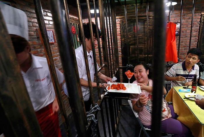 Ресторан с тюремной тематикой.