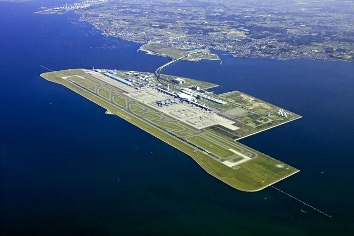 Кансай - самый длинный аэропорт в мире, построенный на искусственном острове.
