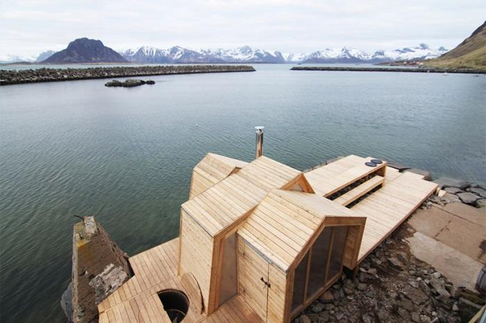 Сауна на скалистых берегах норвежского острова.