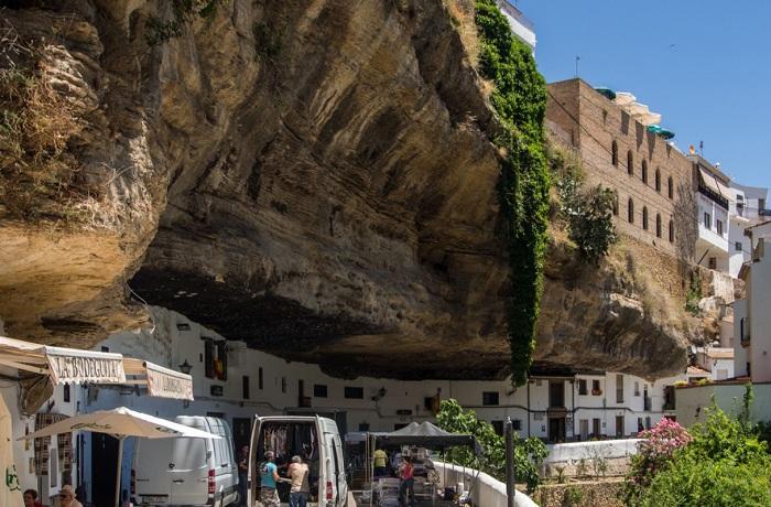 Setenil de las Bodegas - город под скалами.