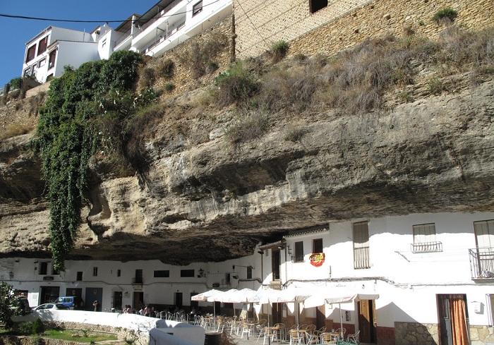 Setenil de las Bodegas - город, построенный в базальтовых пещерах.