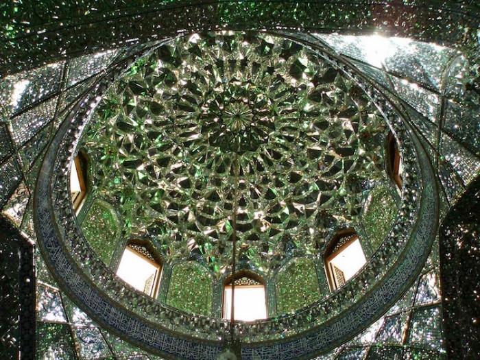 Зеркальный купол мечети Шах-Черах.