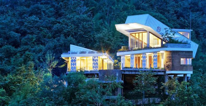 Жилой дом с двумя морскими контейнерами.