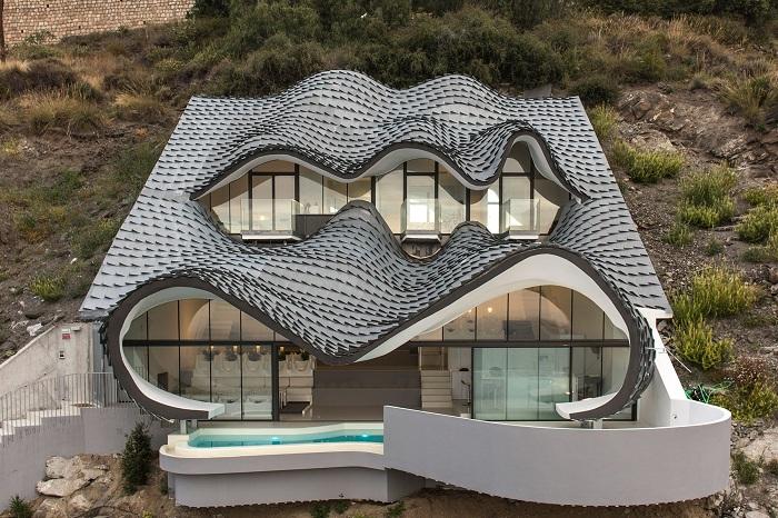 Casa Acantilado - особняк со сверкающими чешуйками.