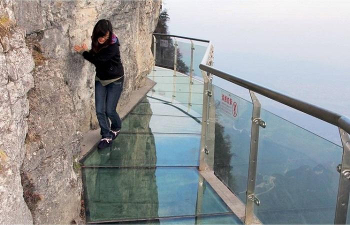 В Китае начал трескаться знаменитый стеклянный мост, но посетителей от этого не убавляется.