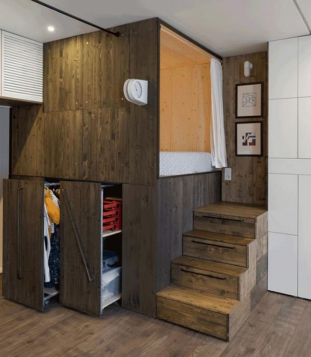 Спальное место, установленное на деревянном каркасе.