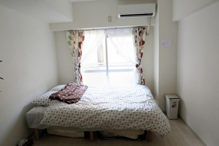 Половину комнаты занимает кровать.