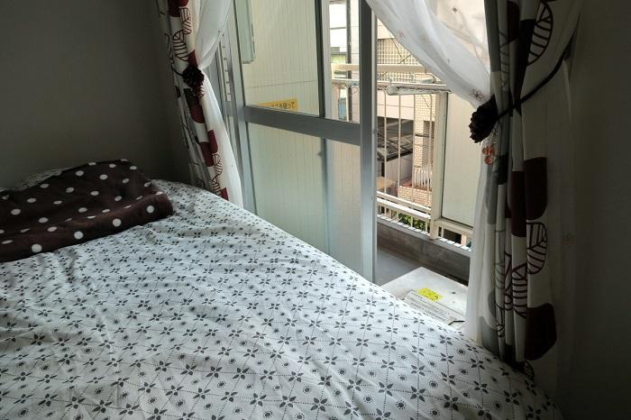 На балкон можно добраться только, перелезая через кровать.