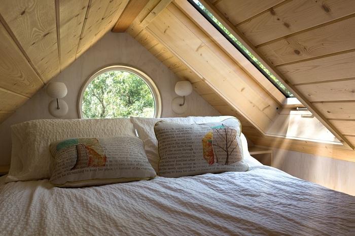 Кровать расположена на антресоли.