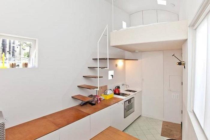 Рабочая поверхность кухни одновременно является ступенькой.
