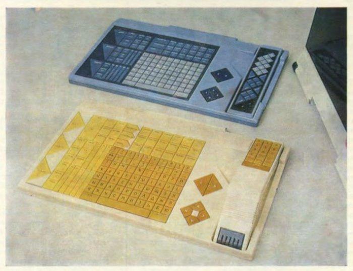 Два варианта большого пульта. Синий — сенсорный, в углублении лежит малый ручной пульт. Белый — псевдосенсорный, в углублении — телефонная трубка. Справа от клавиатуры — пара клавиш «больше—меньше» для регулировки любых параметров.