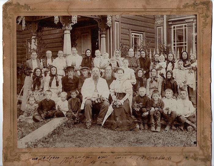 Мартьян Сазонов c женой и родственниками у своего дома. | Фото: 44srub.ru.