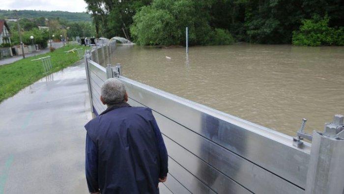 Металлический барьер сдержал наводнение.