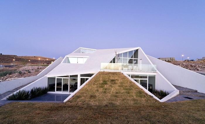 Дом, интегрированный в холм.
