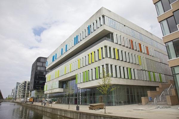 Фасад гимназии в Дании.