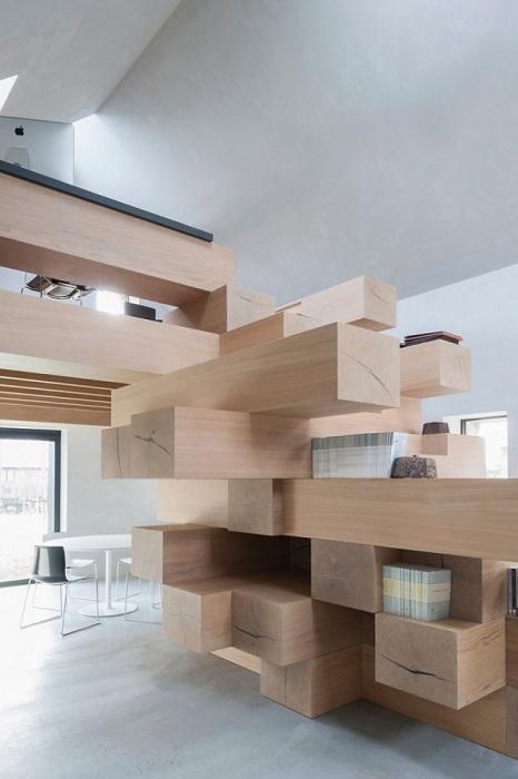 Ниши в деревянных блоках выполняют роль книжных полок.