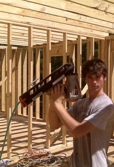Дети Кары Брукинс принимали активное участие в строительстве дома.