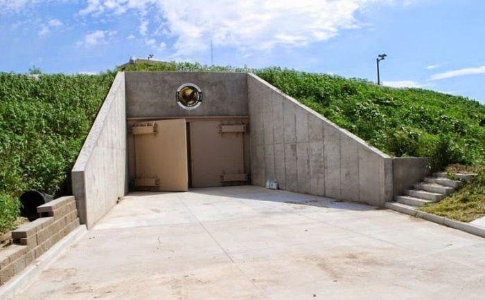Вход в бункер, который стал отелем на 70 человек. | Фото: odditycentral.com.