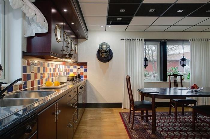 Обычная кухня с головой Хищника на стене.