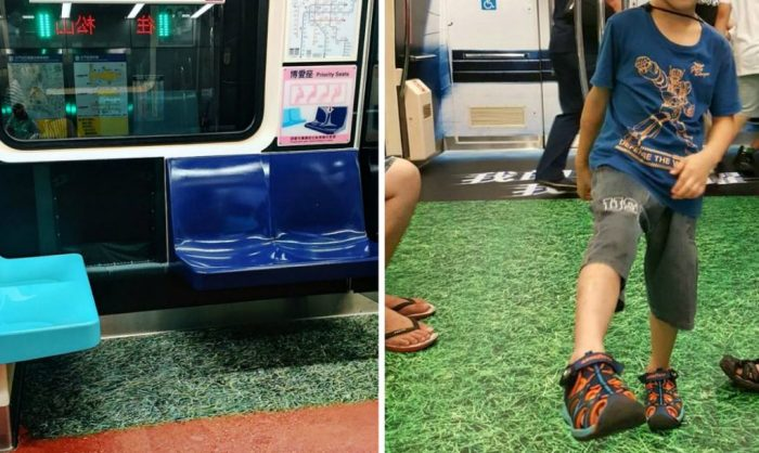 Вагон метро в покрытием в виде зеленого газона.