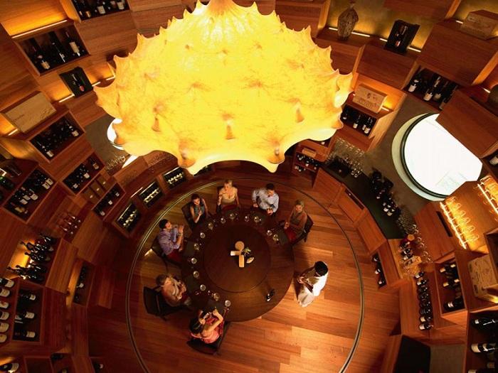 Tavaru Restaurant & Bar. Цилиндрический винный погреб из натуральной древесины.