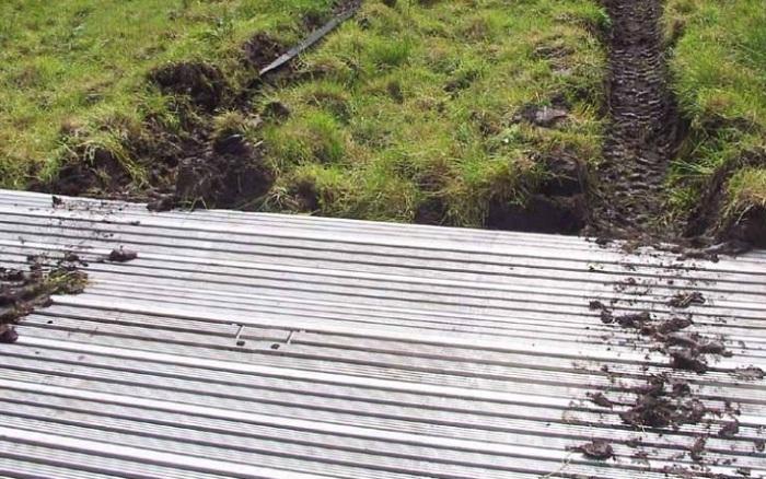 Дорожное полотно, необходимое на болотистым участках местности.
