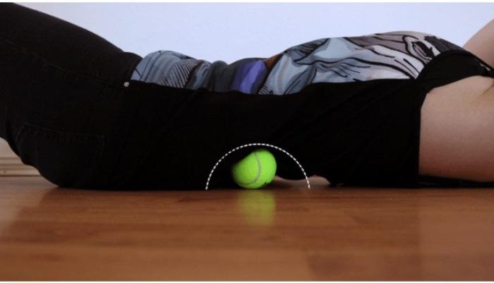 Упражнение для спины с теннисным мячом.